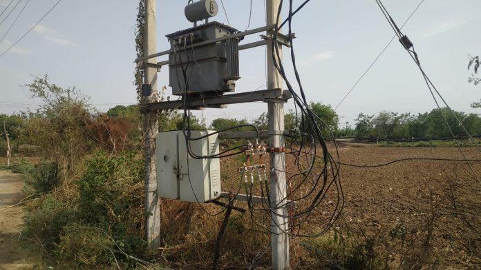 ग्रामीणों का हाल बेहाल,15 दिन से गाँव में नहीं बिजली,अफसर डीपी के लिये मांग रहे पैसे
