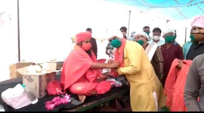 गरीब मजदूरों और भूखों को भोजन कराने वाले समाज सेवी सम्मानित, दो महीने से कर रहे हैं सेवा