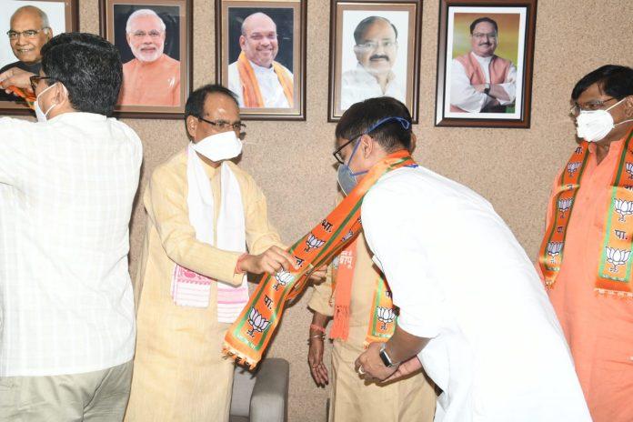 उपचुनाव से पहले कांग्रेस को बड़ा झटका, कई नेताओं ने थामा BJP का दामन