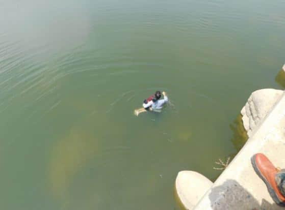 वैनगंगा नदी के छोटे पुल के नीचे पानी में मिला बालक का शव, पुलिस जांच में जुटी