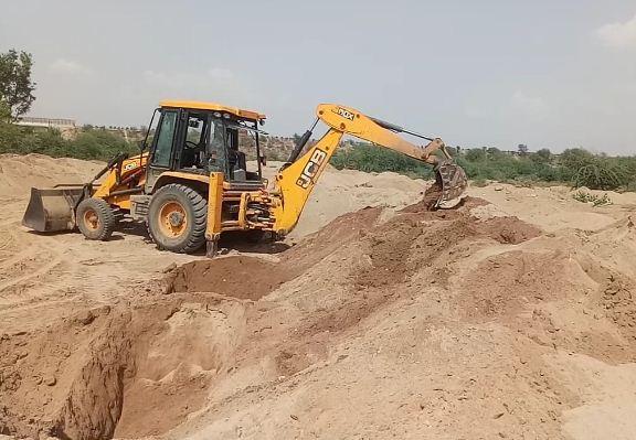 चम्बल राजघाट पर डंप रेत को फैलाती थ्रीडी मशीन, हज़ारों ट्रॉली रेत की गई नष्ट