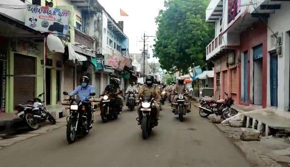 बाइक पर सवार शहर की गलियों में पहुंचे एसपी-कलेक्टर, लोगों से की अपील