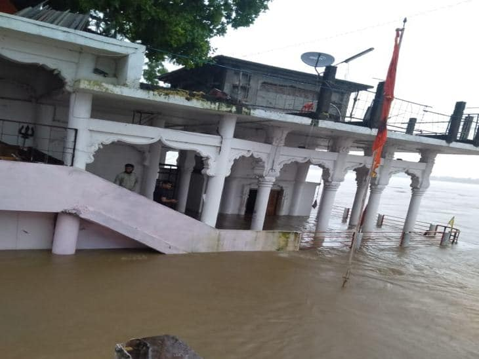 होशंगाबाद में बाढ़, नर्मदा ने दिखाया रौद्र रूप, सेना बुलाई, सड़क पर आया मगरमच्छ