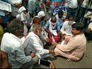 बंगले का घेराव करने जा रहे थे नाराज माकपा नेता, सड़क पर बैठकर ज्ञापन लिया ऊर्जा मंत्री ने