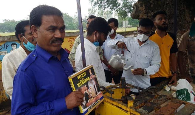 शिक्षित बेरोजगारों ने चाय बेचकर किया प्रदर्शन, पुतला फूंककर जताया आक्रोश