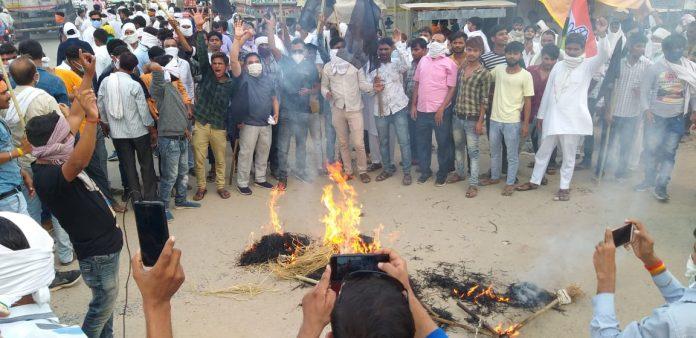 यहां घोषित प्रत्याशियों के विरोध से कांग्रेस में हड़कंप, कांग्रेसी ही फूंक रहे पुतला
