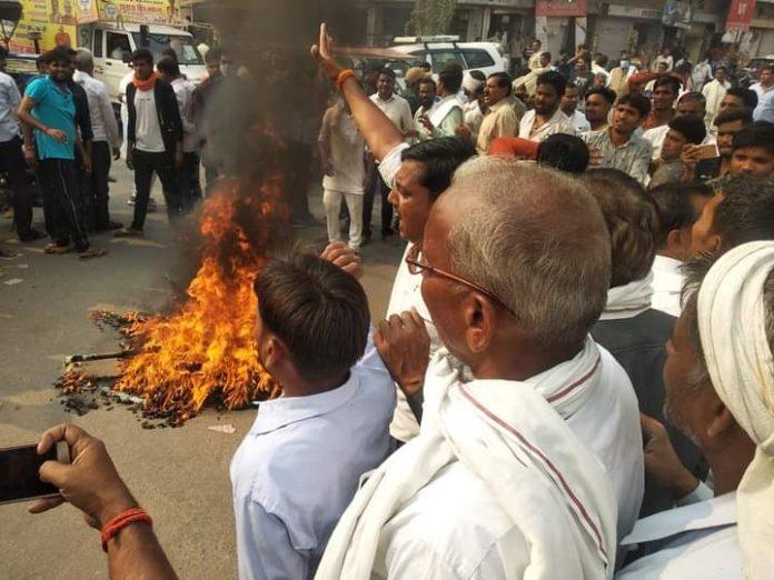 सत्यपाल सिंह सिकरवार के निष्कासन के बाद फूटा समर्थकों का गुस्सा, BJP के झंडे-बैनर में लगाई आग