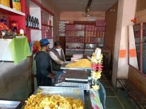 खाद्द टीम के कड़े तेवर देख दिन में ही बंद हुआ बाजार, कई दुकानों से लिए सैंपल