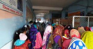 दमोह : ऑपरेशन के बाद महिलाओं को नसीब नहीं हुआ स्ट्रेचर, गोद में उठाकर ले जाते नजर आए परिजन