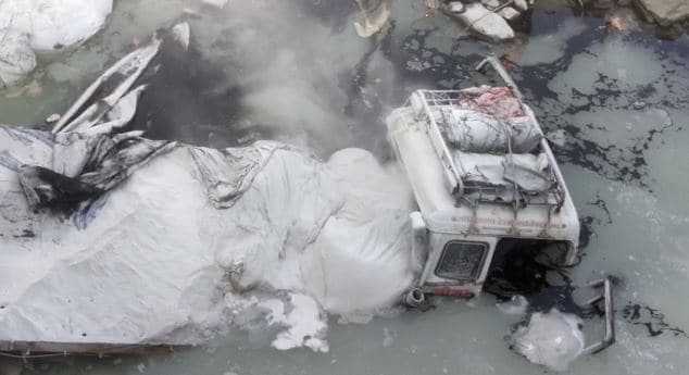 चूने से भरा कंटेनर अनियंत्रित होकर पुल से नीचे जा गिरा, 2 लोगों के दबे होने की आशंका, बचाव कार्य जारी