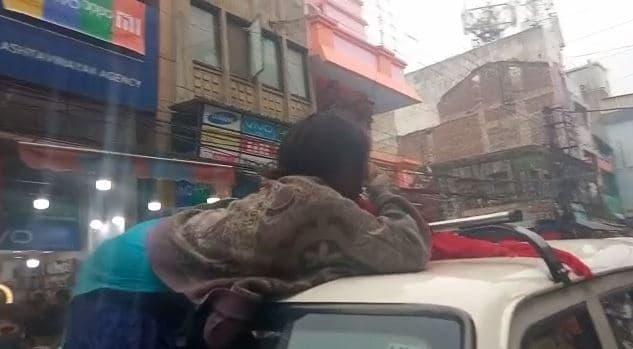 मानसिक रूप से विक्षिप्त युवती एसडीएम की गाड़ी पर चढ़ी, फांसी की धमकी देकर मचाया उत्पात