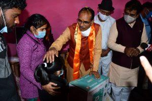 इस अंदाज में सीएम शिवराज ने की नए वर्ष की शुरुआत, गरीब परिवारों संग बांटी खुशियां