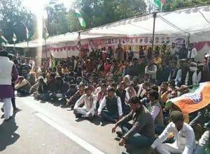 कानून व्यवस्था को लेकर विधायक सड़क पर, समर्थकों के साथ SP ऑफिस के बाहर धरना