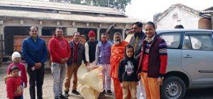 बदलाव- कुछ ऐसे मनाया साल का पहला दिन, गौशाला में गुड़ और चुनी लेकर पहुंचे युवा