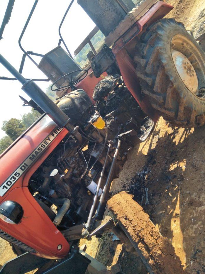 सशस्त्र नक्सलियों ने सड़क निर्माण में लगे ट्रक और दो ट्रेक्टरों को फूंका
