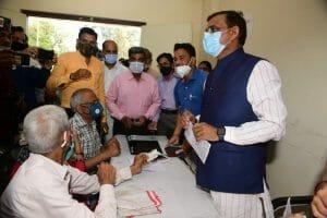 Gwalior News: Help Desk पर बैठे वीडी शर्मा, वैक्सीन लगवाने वालों के किये पंजीयन