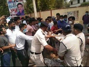 कृषि छात्रों ने निकाली CM की अर्थी, केंद्रीय कृषि मंत्री के बंगले के सामने पुलिस ने छीनी