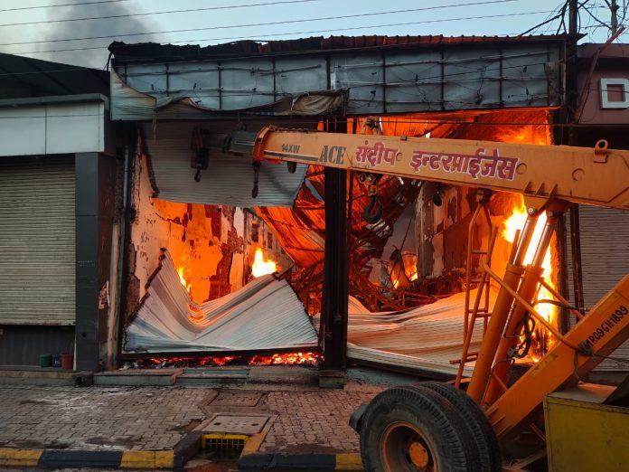 Indore News: टिम्बर मार्केट में लगी भीषण आग, लाखों के माल का हुआ नुकसान