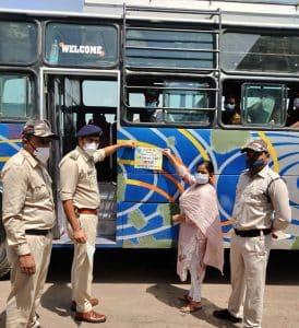 Datia News : परिवहन अधिकारी ने बसों एवं आटो पर मास्क लगाने के लिए पोस्टर लगा कर दिया जागरूकता का संदेश