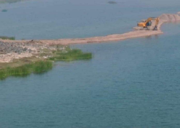 केन नदी का अस्तित्व खतरे में, मुख्यधारा को रोककर हो रहा रेत उत्खनन