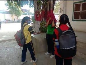 लॉकडाउन में खोला स्कूल, क्लास में बैठे बच्चे, प्रिंसिपल दे रहे सफाई, कलेक्टर ने मांगी रिपोर्ट