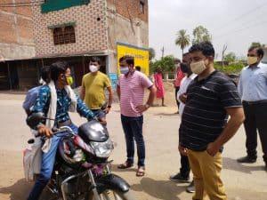 अशोकनगर: सड़कों पर उतरे एसडीएम, गली-गली घूमकर लॉकडाउन का लिया जायजा