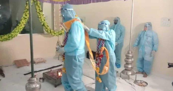 पीपीई किट पहनकर दूल्हा-दुल्हन ने रचाई शादी, कोरोना पॉजिटिव दूल्हा जा सकता है जेल