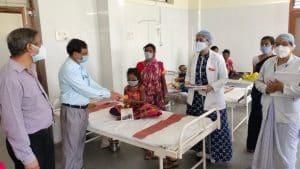 अंतर्राष्ट्रीय थैलीसिमिया डे पर डॉक्टर और स्टाफ ने किया रक्तदान, पीड़ित बच्चों को बांटी रक्तपूर्ति नोटबुक