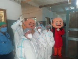 कोरोना पेशेंट के चेहरे पर हंसी ला रहे मोटू पतलू, मरीजों के अटेंडर्स को खिला रहे खाना