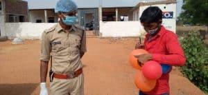 कोरोना कर्फ्यू : निवाड़ी पुलिस ने लोगों के फेफड़ों का लिया रियल्टी टेस्ट, बेवजह घूमने वालों से फुलवाए गुब्बारे