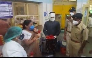 World nurse day पर भिण्ड में पुलिस ने गुलाब देकर सेल्यूट किया तो संघ ने नर्सेज के चरण पखारे