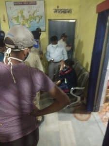 शादी में जुटी भीड़ हटाने गई पुलिस पर ग्रामीणों ने किया हमला, टीआई घायल