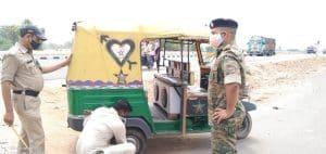 दतिया : अंतरराज्यीय सीमा यूपी-एमपी पर कड़ा पहरा, बेवजह घूमने वालों के वाहन की निकाली हवा