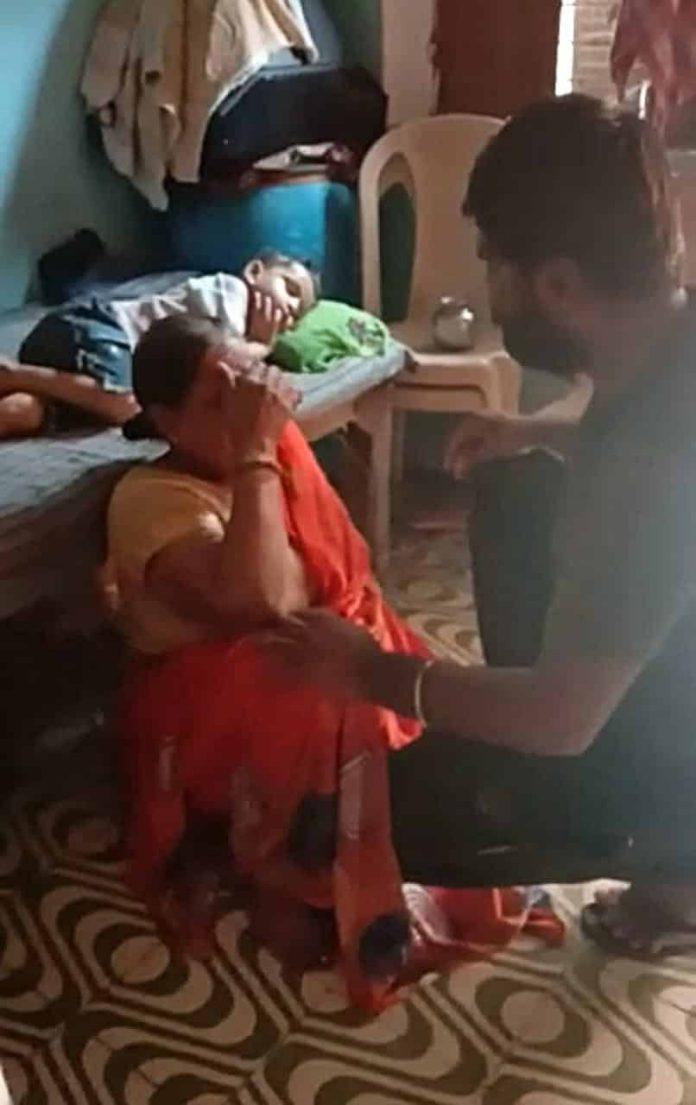 Video : कलयुगी बेटे ने मां के साथ की मारपीट, पैसों की मांग को लेकर बदसलूकी
