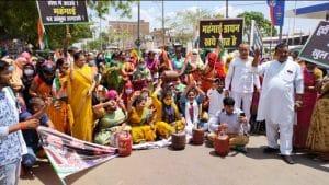 महंगाई के खिलाफ महिला कांग्रेस सड़क पर, पैदल रैली निकालकर जताया आक्रोश