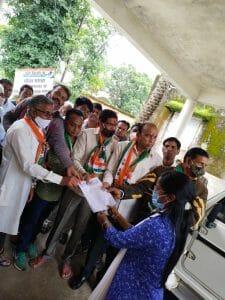 Chhindwara: मजदूरों से 12 सूत्रीय मांगों को लेकर कांग्रेस ने राज्यपाल के नाम तहसीलदार को सौंपा ज्ञापन