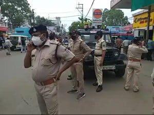 मासूम के शव को सड़क पर रखकर चक्का जाम, दुकानदार और पुलिस पर गंभीर आरोप