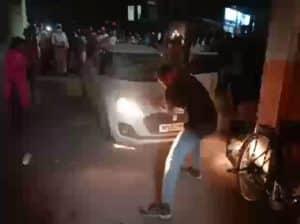 घर के बाहर खड़ी मासूम को तेज रफ्तार कार ने कुचला, मौत, लोगों ने कार में की तोड़फोड़