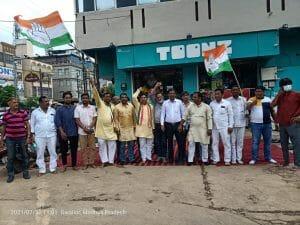 पेट्रोल डीजल की मूल्य वृद्धि के खिलाफ कांग्रेस का हल्लाबोल, पेट्रोल पम्पों पर दिया धरना