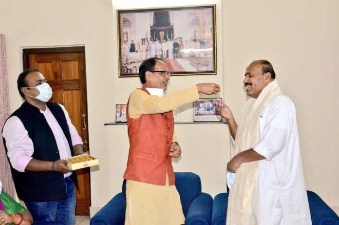 दिल्ली पहुंचे सीएम शिवराज, केंद्रीय कृषि मंत्री तोमर के साथ फसल बीमा योजना पर चर्चा