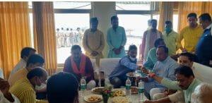 आपदा में काजू बादाम पर सियासत: भाजपा ने की तस्वीरें वायरल, कमलनाथ पर कसा तंज