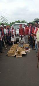 Sagar : भगवती मानव कल्याण संगठन ने पकड़ी 12 पेटी अवैध शराब, सुरखी पुलिस की कार्यप्रणाली पर उठे सवाल