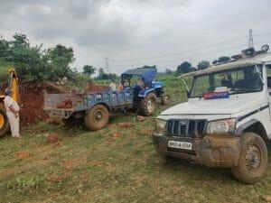 मुरुम के अवैध उत्खनन पर पुलिस की छापामार कार्रवाई, 1 जेसीबी 2 ट्रैक्टर समेत वाहन चालक को पकड़ा