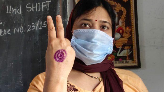 Betul- 'आई एम वैक्सीनेटेड' स्टांप लगवाकर युवाओं ने बनाया विक्ट्री साइन