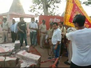 अतिक्रमण हटाने के दौरान हंगामा, कांग्रेस नेता वीर सिंह और पुलिस के बीच हुई झूमा झटकी
