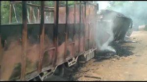 असम में उग्रवादियों ने मचाया तांडव, 7 ट्रकों में लगाई आग, 5 ड्राइवर जिंदा जले, मौत