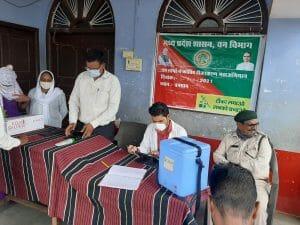 वन विभाग की सार्थक पहल से आदिवासी क्षेत्र के वन ग्रामों में शुरू हुआ वैक्सीनेशन, ग्रामीणों मे दिखा उत्साह