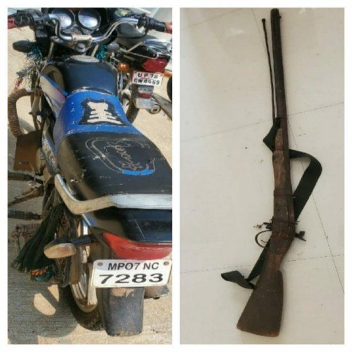 हिरण का शिकार कर भाग रहा शिकारी गिरफ्तार, मृत हिरण, बाइक और बंदूक बरामद