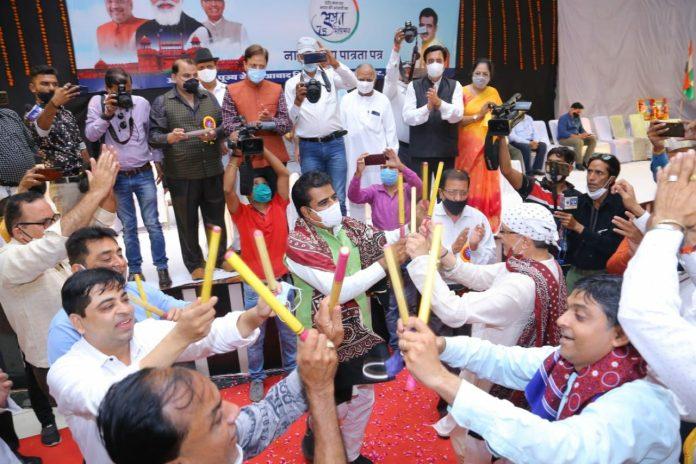 Indore : पाकिस्तान से आए 75 शरणार्थियों को मिली भारतीय नागरिकता, सांसद ने किया गरबा