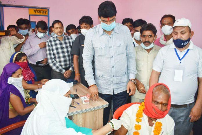 मंत्री गोविंद सिंह राजपूत ने किया वैक्सीनेशन सेंटर का निरीक्षण, वैक्सीन लगाने वालों का सम्मान
